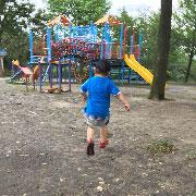 息子と一緒に公園で